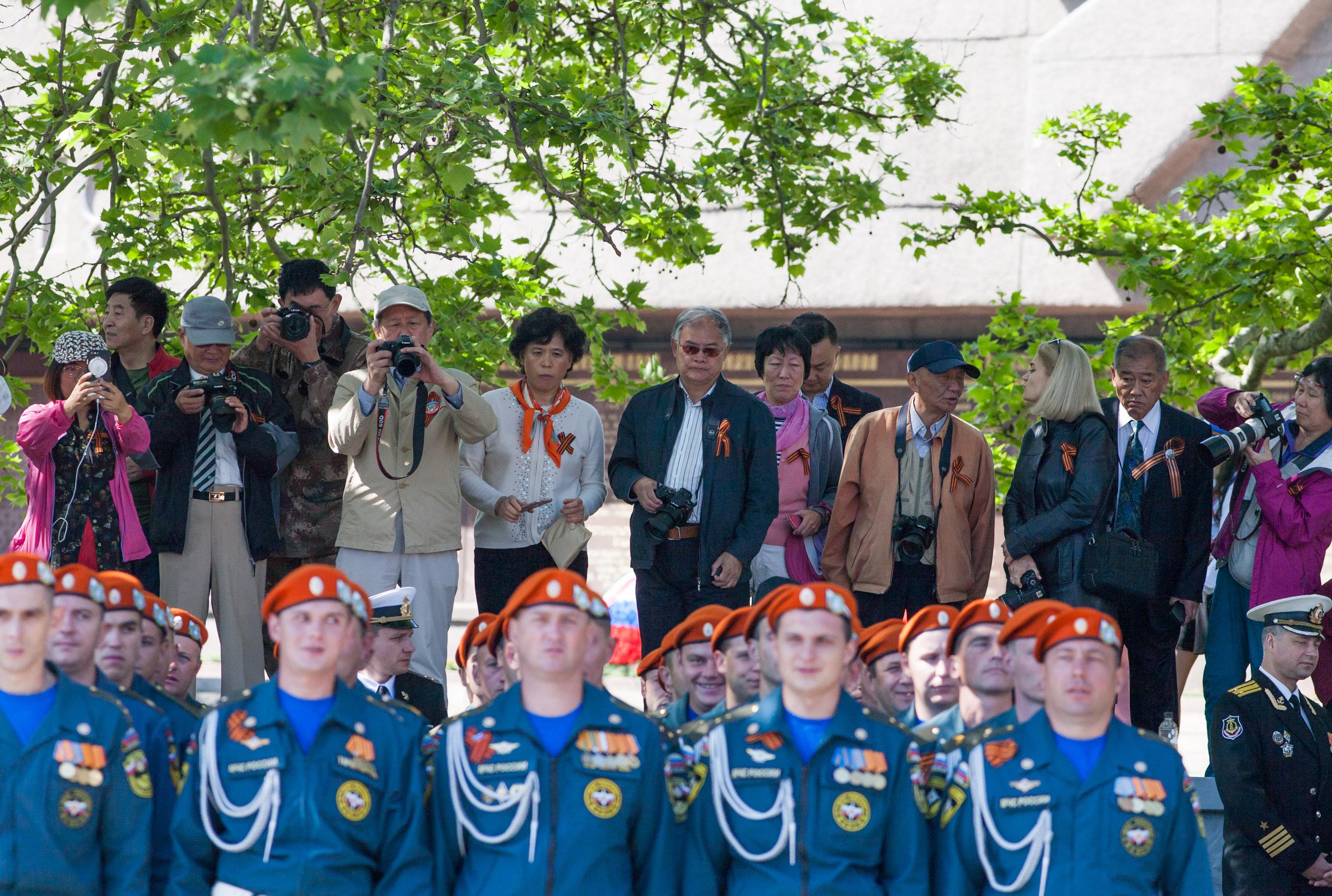 Туристы из Китая принимают парад ВМФ